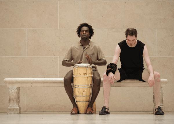 """Performance dans la cour Marly du Musée du Louvre dans le cadre du cycle """"Ouverture/Openings"""" conç par le LOuvre et la FIAC - ©Marc Domage"""